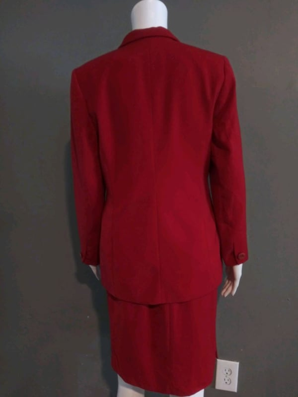 **WOMEN'S SIZE 4 PETITE DARK RED BUSINESS SUIT!** 7ea9b189-97bf-4ca0-956b-53c7ae6c6656