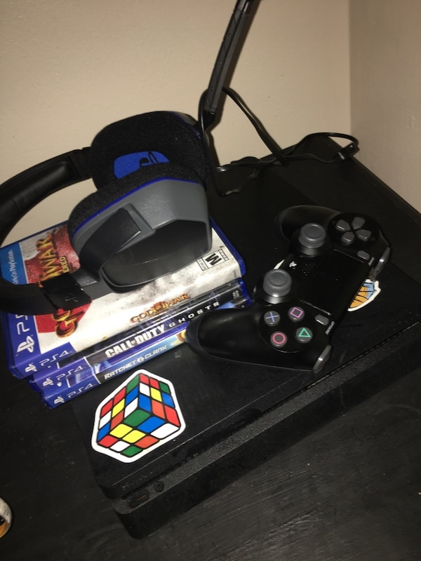 Black sony ps4 console with a controller and a headset with 4 games (negotiable) 9edc3a9f-ea64-4d17-b0bc-a00183cf82a6