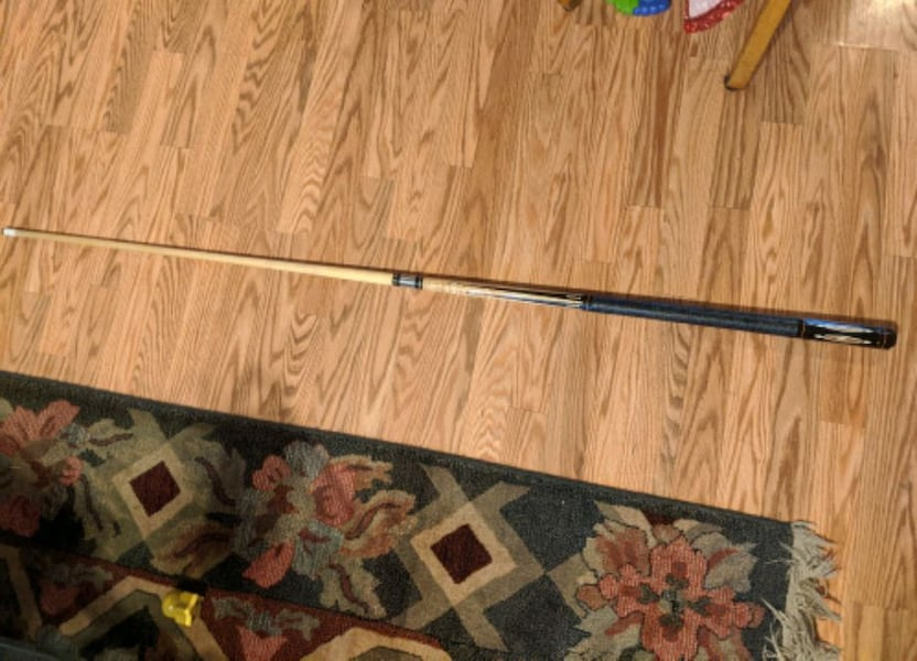 Lucasi viii pool cue with instroke cue case wonderful condition b1c05f7b-a16b-422c-9337-9d24c46d9315