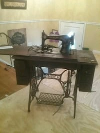 SINGER SEWING MACHINE,  OVER 75 YEARS OLD. Manassas, 20109
