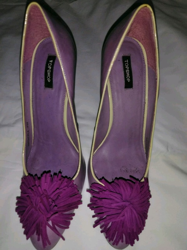 Purple and yellow pumps with frings. Heels detail.