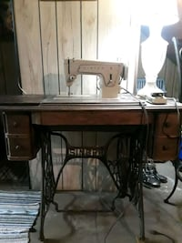 Fashion mate  Singer sewing   machine with cabinet.