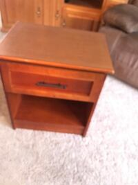 Small end table great wood  Liverpool, 13212