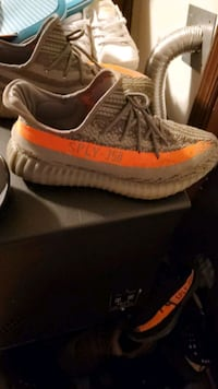 pair of brown Adidas Yeezy Boost 350 V2 on box Hanover, 17331