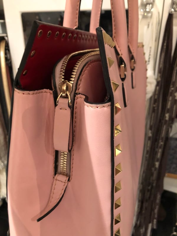 Authentic Valentino purse good condition comes with dust bag  1cd46c61-4f09-49c1-bc62-248246f2167b