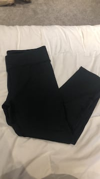 Fabletics cropped leggings size medium  Dundas, L9H 1T2
