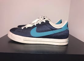 Nike women's sweet classic textile shoes. In great condition. Size 9.5