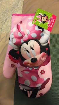 Unused Minnie Mouse oven mitt- tags are on.