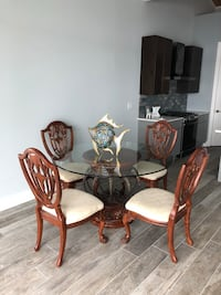 Round glass-top table with four chairs Niceville, 32578