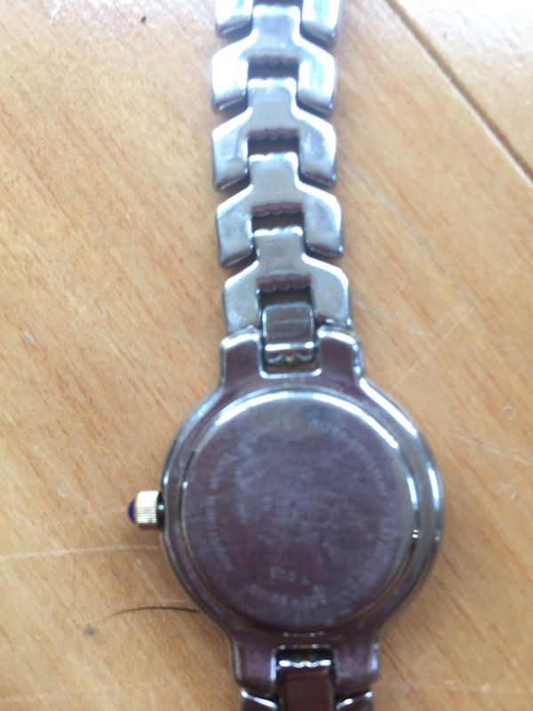 round silver-colored analog watch with link bracelet ea02bbee-b7d9-46c4-94ef-dab9b6c77448
