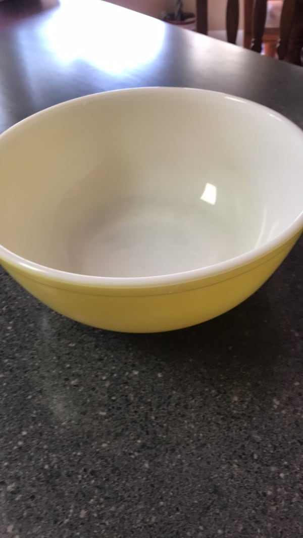Round white and yellow Pyrex bowl 1970s.. e63ee3e9-c21d-46b9-ad0c-dca2a0005d96