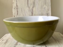Vintage Pyrex verde green milk glass bowl