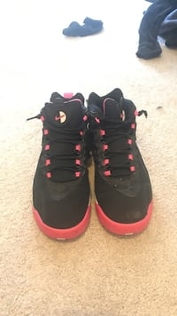 Black-and-red air jordan basketball shoes Olympia, 98501
