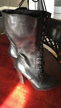 unpaired black leather heeled boot Los Angeles, 90036