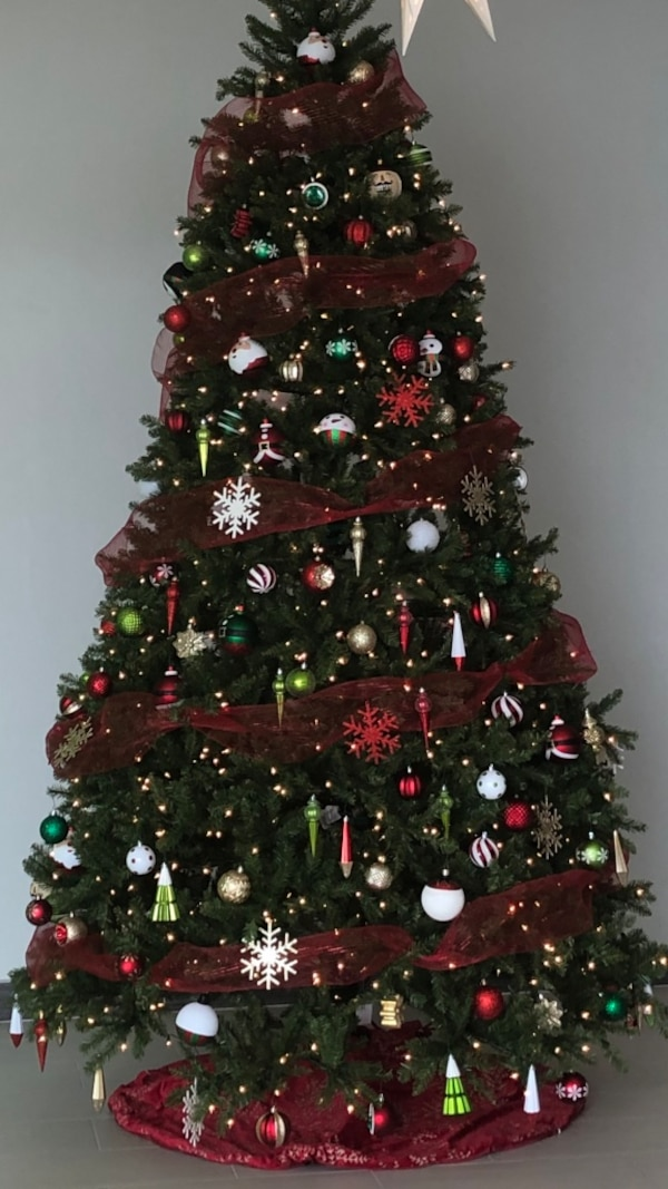 This Is A Beautiful 9ft Christmas Tree Purchased From The Tree Classics Website It Retailed For 999 It Is A Very Full Tree And Has Built In Clear