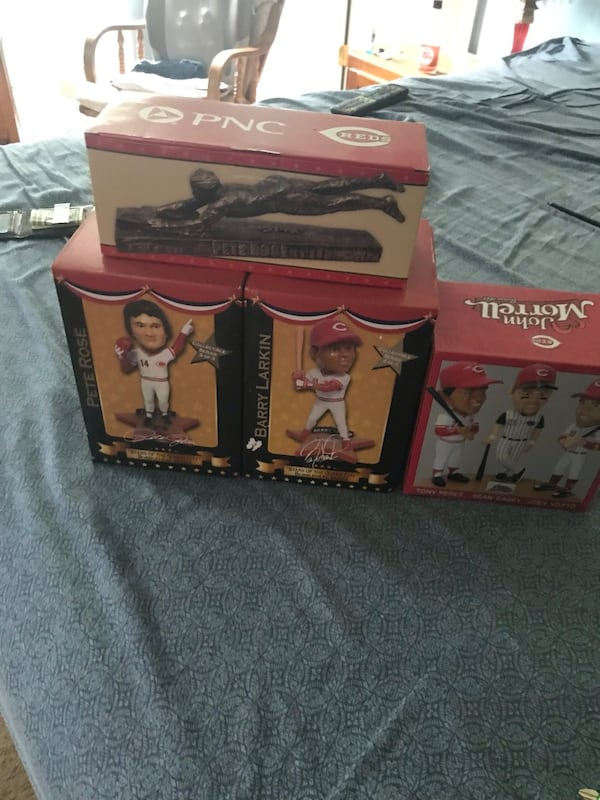Selling trouble bobble heads Pete rose barry Larkin and pete rose statue 7168f91f-c5ec-4c63-82de-a56d750c8d3f
