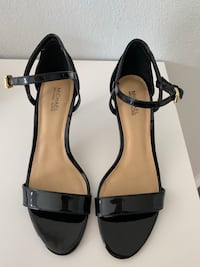 Women's pair of black leather pumps Los Angeles, 91303