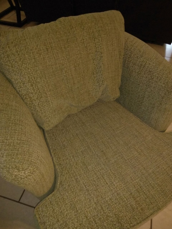 Accent chair f14c5694-5c5f-412b-bfea-7981ff52b5e4