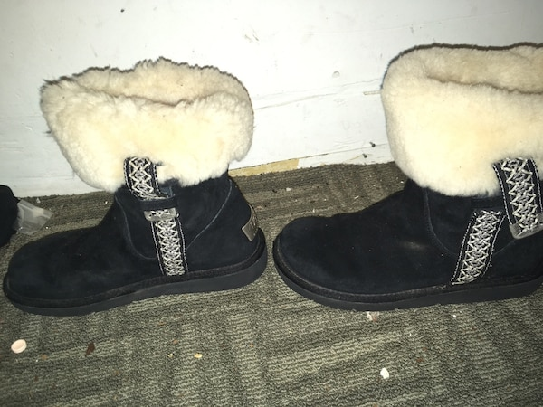 Pair of black-and-white sheepskin boots 5fd568ff-4cb3-4df2-bef1-58a2d2d7761a