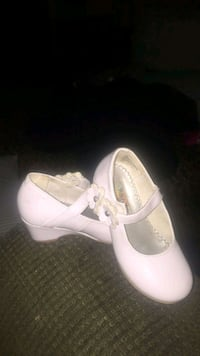 pair of white leather flats 75 km