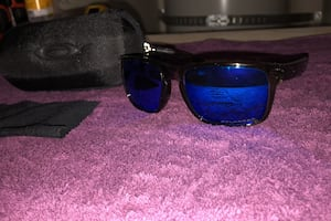 Oakley sunglasses with cloth and case