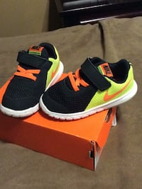 Toddler Nike flex experience size 7. Like new.