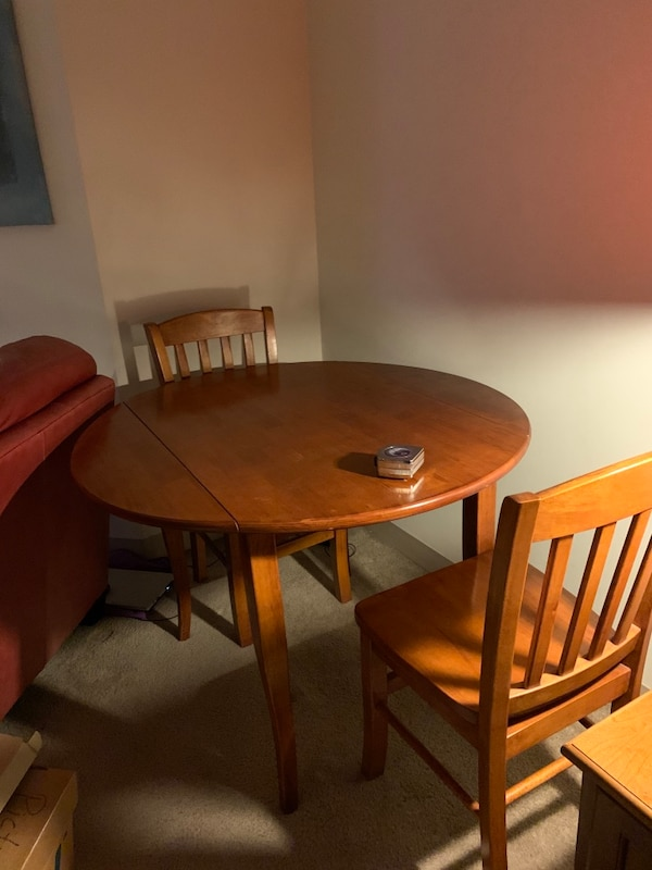 Dining table and chairs - pickup in loop/cash 0f2f3e70-7656-41ef-84b3-56e10a61ac1c