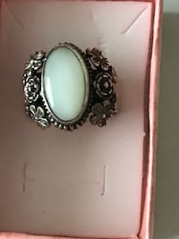 Sterling silver and mother of pearl ring Keswick, L4P 3P2