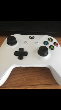 white Xbox One game controller Lomita, 90717