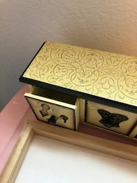 Little jewelry holder (missing 1 knob) College Station, 77840