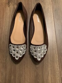 **brand new** Brown flat shoes with gem