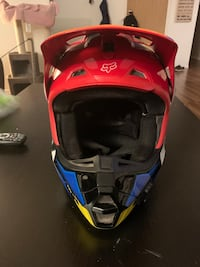 Men's Fox V2 dirt biking/motox helmet Aldergrove, V4W 1J9