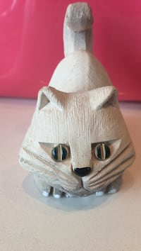 Cream coloured cat figurine. Toronto, M8Y 3H8
