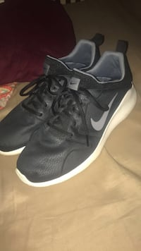 Pair of black nike low-top sneakers Lebanon, 37090