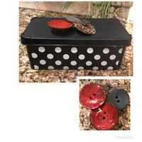 10.5 x 6 box and 3 button magnets