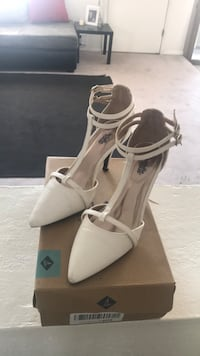 pair of white leather pointed-toe pumps Albuquerque, 87121