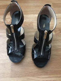 pair of black leather open-toe heeled sandals Spanaway, 98387