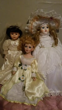 three female porcelain dolls in white and yellow dresses Mansfield, 44903