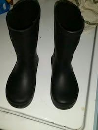 pair of black rain boots size 7 kids/baby