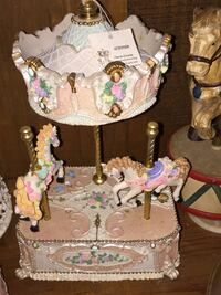 white and pink ceramic carousel figurine Vidor, 77662