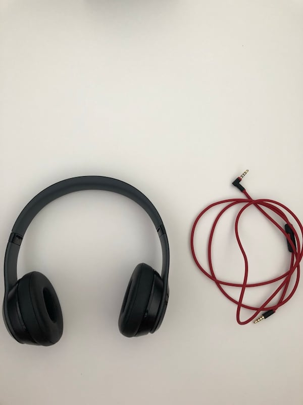 Black and red beats solo 2 wireless.little separation on the side, 6eb835bb-e22c-4c90-86d5-e2d885bf5d18