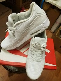 pair of white Nike running shoes with box Los Angeles, 91402