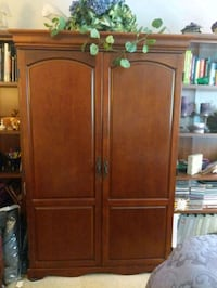 Great condition. Enclosed desk and chair Olney, 20832