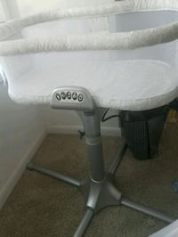 baby's white and gray Graco highchair 25 km