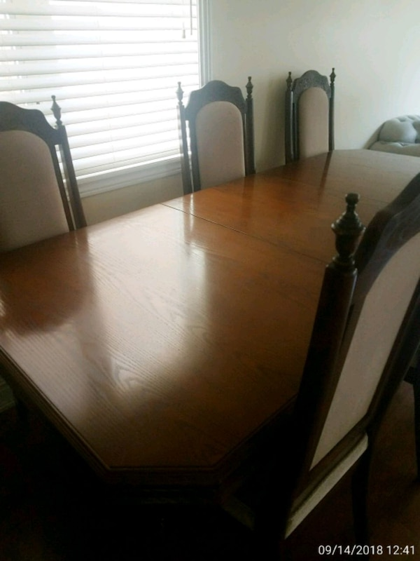 Beautiful dining table and chairs 140905cf-ab5b-4b6d-b180-12802ee6c396