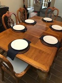 Dining room table with 6 chairs 1301 mi
