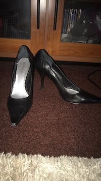 pair of black leather pointed-toe pumps Los Angeles, 90047