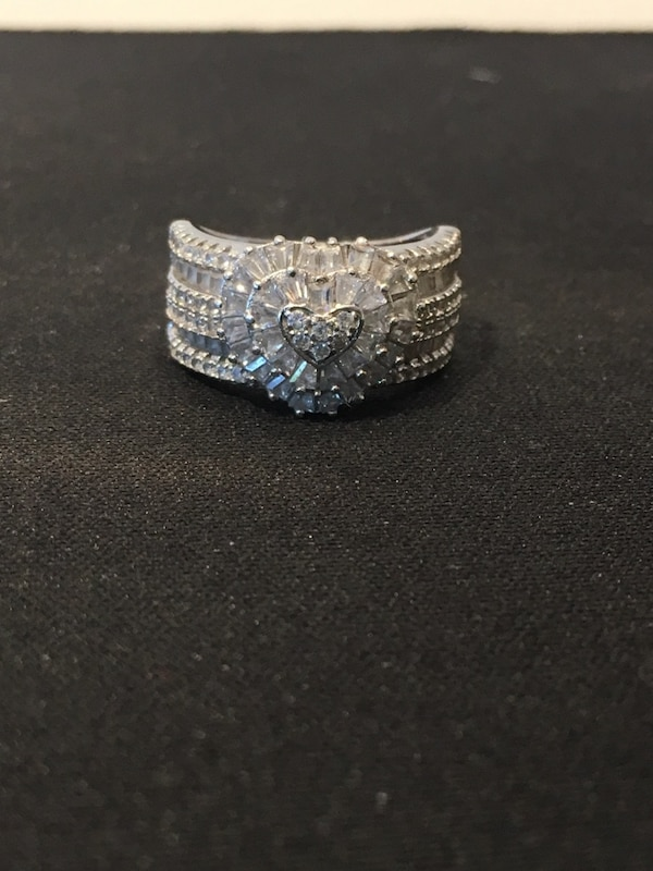 Gorgeous round and baguette cz ring in 925 silver  Ring size is a 5