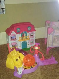 Doll house with toys inside 10$