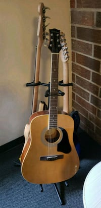 Acoustic guitar and tri-stand Peoria, 61606